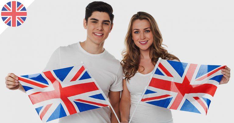 2 jeunes souriants présentant le drapeau britannique dans leurs mains