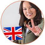 Jolie jeune femme souriante avec le drapeau britannique