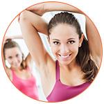 Jeunes femmes sportives souriantes faisant des exercices