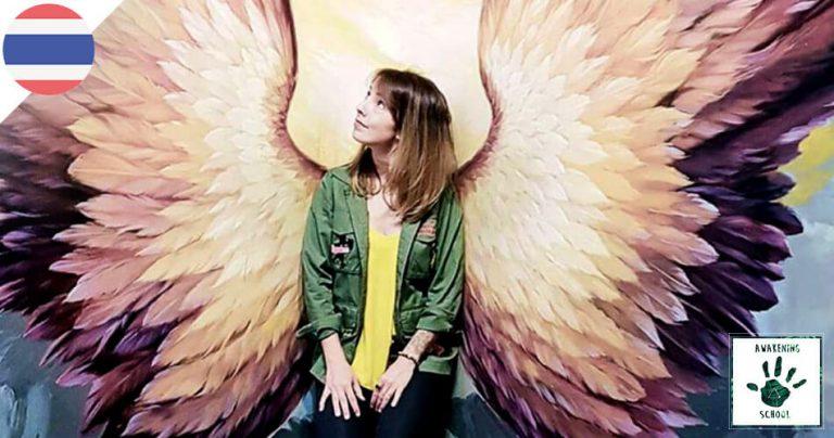 Bannière French Radar : Johanna Awakening devant un mur avec des ailes d'ange