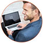 Joli jeune homme souriant de dos avec son ordinateur