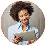 Jeune étudiante souriante avec sa tablette