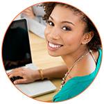 Jolie jeune femme souriante au bureau