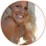 Jolie jeune femme blonde souriante