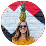 Vignette de Julie RIEN avec un ananas sur la tête