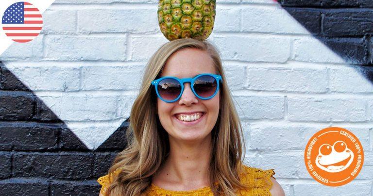 Julie Rien souriante avec un ananas sur la tête