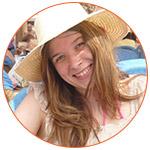 Julie souriante avec son chapeau