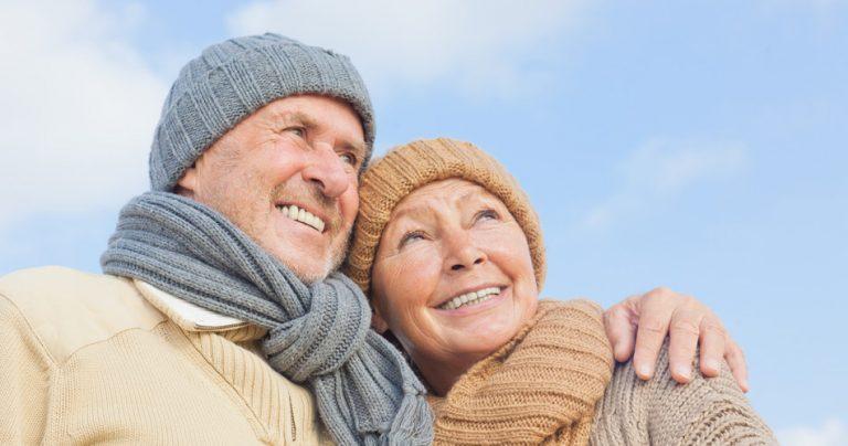 Couple de séniors souriant regardant vers l'avenir