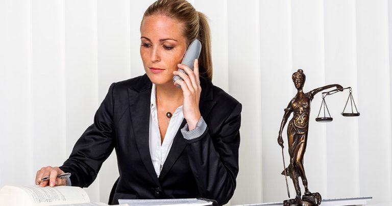 Jeune avocate d'immigration au téléphone