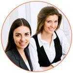 Deux jeunes avocates souriantes