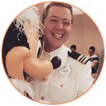 Kevin souriant danse avec Minnie Mouse de Disney