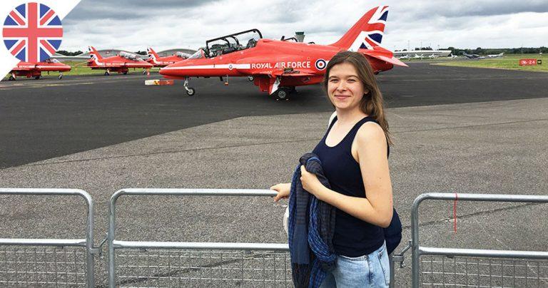 Lucie devant la patrouille Royal Air Force en Angleterre