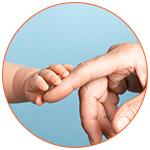 La main d'un bébé qui repose sur le doigt d'un parent