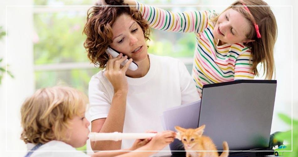 Maman en télétravail avec ses enfants