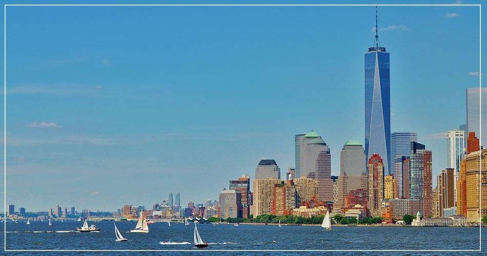 Vue sur Manhattan (USA) sur fond de ciel bleu