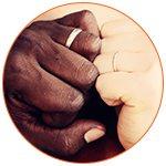 Les mains d'un couple de jeunes mariés diversité
