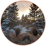 Mathilde et Mathieu dans un jacuzzi à l'extérieur avec la neige