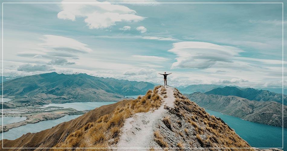 Personne heureuse en haut d'une montagne