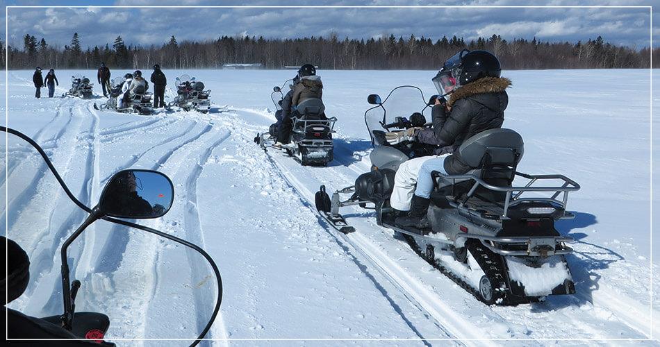 Groupe lors d'un circuit en moto-neige au Canada