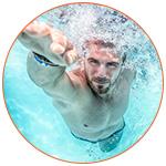 Nageur professionnel dans une piscine