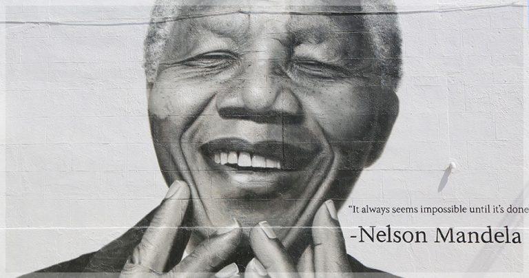 Portrait noir et blanc de Nelson Mandela sur un mur