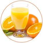 Photo d'un verre de jus d'orange avec des oranges autours