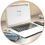 Ordinateur portable avec une page google à l'écran