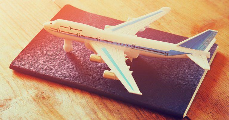 Passeport biométrique avec un avion miniature posé dessus