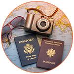 Passports avec un appareil photo et des lunettes de soleil sur une carte