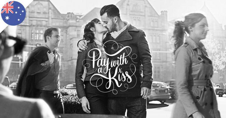 Photo en noir et blanc d'un couple qui s'embrasse dans la rue