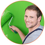 Jeune peintre souriant avec peinture verte