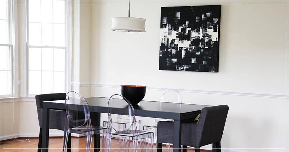 Oeuvre peinte de Carole Jury, accrochée au mur de la salle à manger