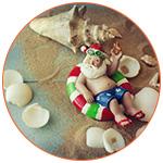 Illustration d'un père noël en maillot de bain sur une bouée au milieu de la mer et des coquillages