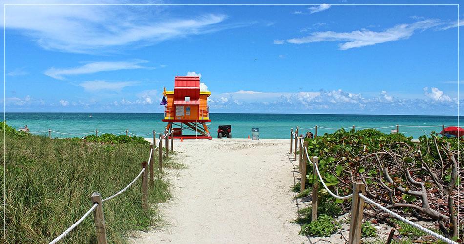 Vue magnifique sur un passage qui donne accès à la plage de Miami Beach