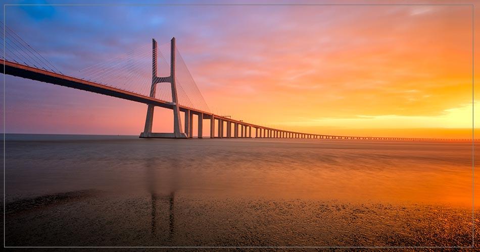 Incroyable coucher de soleil sur un pont suspendu à Lisbonne