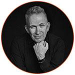 Portrait noir et blanc du créateur de mode Jean-Paul Gaultier