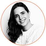 Portrait noir et blanc de Victoire Loup, critique culinaire et restaurant