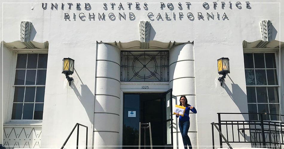 Sara bourg devant le bureau de poste de Richmond aux USA