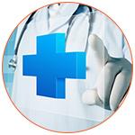 Un professionnel de la santé pointant une croix bleue