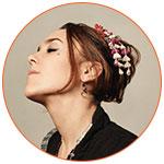 Photo couleur de profil de la chanteuse française ZAZ