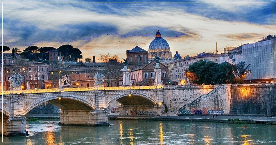 Lumière du soir sur un pont à Rome en Italie.