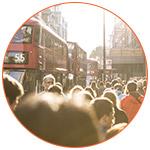 Foule et bus dans une rue de Londres