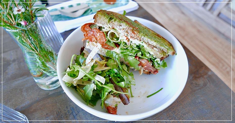 Assiette avec des toasts et de la salade