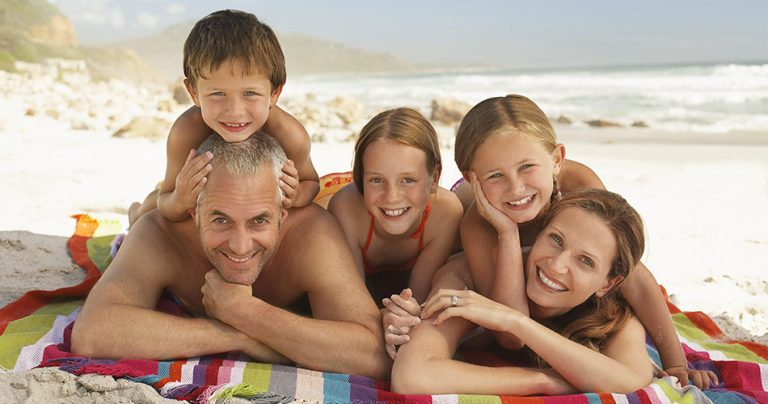 Photo d'une famille d'expatriés sur la plage
