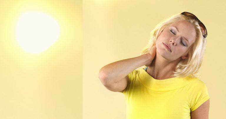 Bienfaits de la luminothérapie et du soleil sur une jeune femme