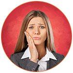 Jeune fille avec des douleurs dentaires