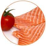 Photo de 2 morceaux de saumon et d'une tomate ronde