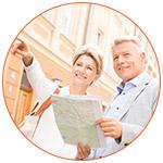 Couple de seniors avec une un plan de la ville à la main
