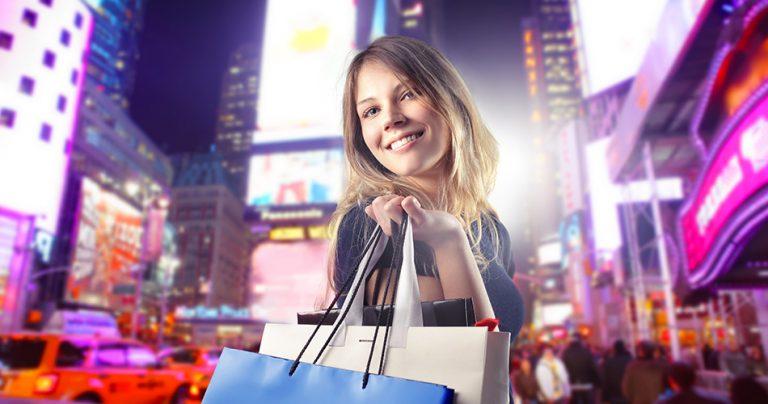 Séance shopping pour une jeune fille souriante à New York - French Radar