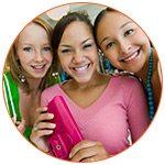 3 jeunes adolescentes souriantes en mode shopping - French Radar